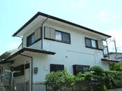 断熱・遮熱効果による室内環境改善と耐用年数大幅延長効果 コロニアル屋根はガン吹付(グレ-)、外壁はハケ・ロ-ラ-塗り