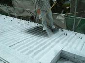 ステンレス屋根とモルタル外壁に真夏の暑さと真冬の放射冷却防止の ためCC100をガン吹き