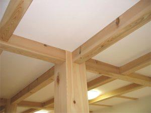 木の香りのアロマセラピ-効果で、ストレスを癒し、心身ともにリラックスさせてくれます。 壁や天井が消臭・抗菌・調湿・抗酸化機能で室内の空気を美味しくしてくれます。