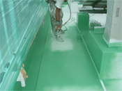 コンクリートウレタン防止シート ガン吹きとローラー塗り。グリーン色。
