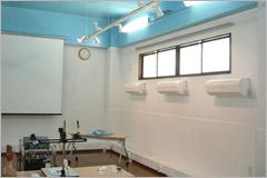 鉄筋コンクリ-トの内壁・天井に塗布 結露とカビの倉庫が素人社員の塗装で すてきな研修室になりました。 病院長もびっくり!
